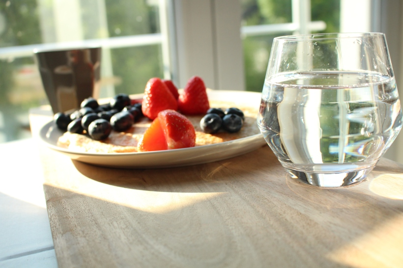 lificationbyjo healthy breakfast with fresh fruits and lots of water